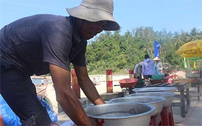 Chợ hải sản tại đảo Cù Lao Chàm không náo nhiệt, ồn ào như những ngôi chợ tại đất liền mà cảnh mua bán diễn ra êm ả, thuận mua vừa bán.