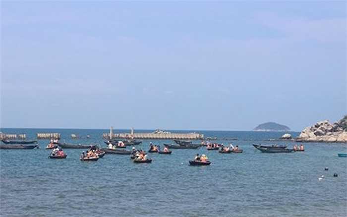 Từ khu chợ hải sản hướng mắt ra biển, có thể thấy nhiều du khách đang trải nghiệm câu cá trên biển bằng thúng chai.