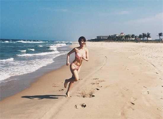 Quỳnh Anh diện bikini khoe thân hình săn chắc và vòng eo con kiến trên bãi biển.
