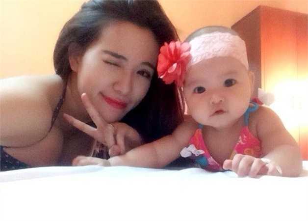 Hot girl cho hay, đây là lần đầu tiên cô đi biển cùng con gái Thảo Nhi (5 tháng tuổi).