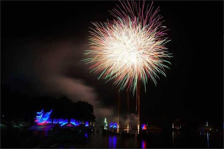 Những màn trình diễn pháo hoa tuyệt sắc tại Công viên văn hóa Đầm Sen.