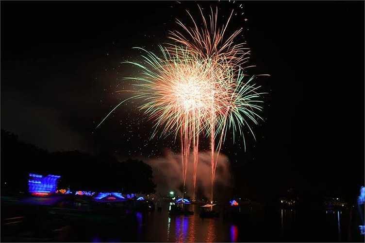 Những chùm pháo hoa khiến bầu trời TP.HCM thêm lộng lẫy.