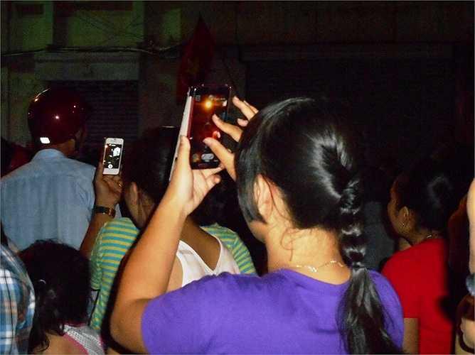 Người dân thi nhau chụp ảnh