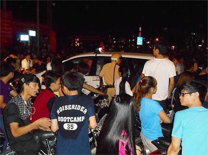 CSGT giải tỏa xe taxi bị mắc kẹt giữa dòng người đông đúc