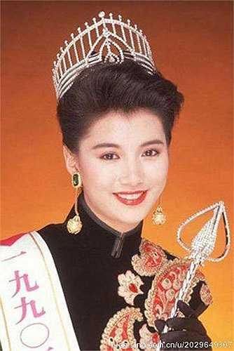 Dù chỉ mới 18 tuổi song Viên Vịnh Nghi sở hữu gương mặt đẹp, ánh mắt rạng rỡ và một nụ cười ngọt ngào. Năm 1990, Vịnh Nghi ghi danh vào cuộc thi Hoa hậu Hong Kong và giành vương miện danh giá nhất.
