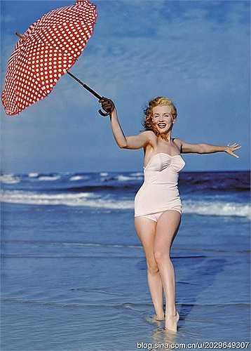 Vẻ đẹp căng tràn sức sống vô cùng hấp dẫn và lôi cuốn của bom sex Marilyn Monroe thuở 18 trên bãi biển Long Island khiến nhiều người phải ghen tỵ. Ảnh được chụp vào năm 1949 khi Monroe nhận lời mời làm mẫu ảnh cho nhiếp ảnh gia Andre de Dienes.