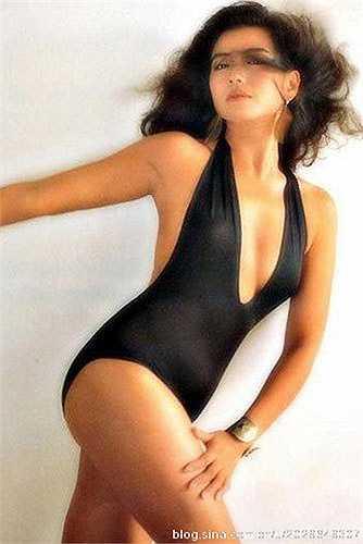 Năm 1979, vừa tròn 18 tuổi Chung Sở Hồng đăng ký tham gia cuộc thi Hoa hậu Hong Kong và lọt vào tới vòng chung kết nhưng không có bất cứ giải thưởng nào. Dù không đoạt giải song mỹ nữ họ Chung lại lọt vào mắt xanh của đạo diễn Đỗ Kỳ Phong với bộ phim đầu tay The Enigmatic Case (1980).