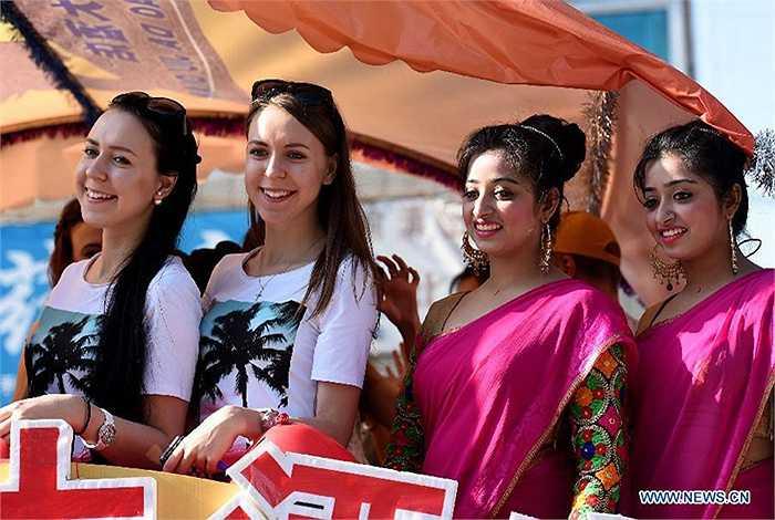 Hai cặp sinh đôi người Nga và người Ấn Độ thu hút sự chú ý của các khán giả tham dự lễ hội