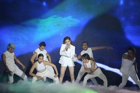 Giang Hồng Ngọc hát 'Con cò', ca khúc mang âm hưởng dân gian đương đại từng được đánh giá cao.