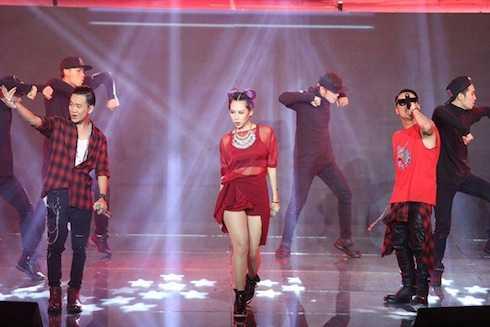 Min ST.319 kết hợp cùng Justa Tee, MrA trong liên khúc 'Yêu, Call your name - Tell me why'.