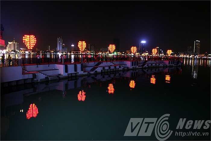 Công trình nằm trong khu phức hợp bến du thuyền, tượng cá chép hóa rồng ở bờ đông sông Hàn.