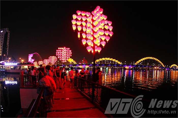 Với ý nghĩa đó 'cầu tàu tình yêu' đã nhanh chóng thu hút sự quan tâm của các bạn trẻ cũng như khách du lịch đến Đà Nẵng.
