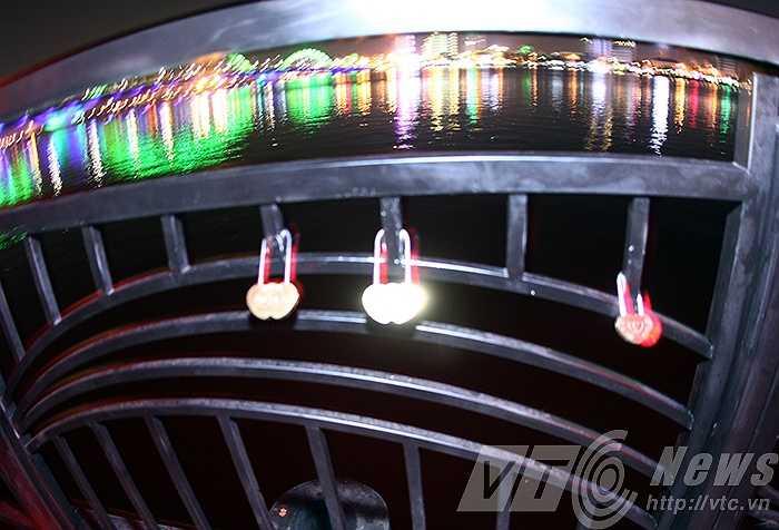 Những chiếc ổ khóa được các đôi tình nhân đặt tại lan can cầu