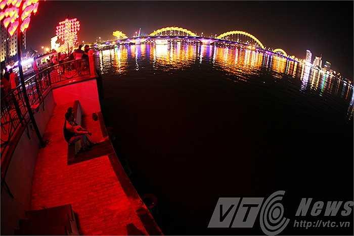Từ cầu tàu có thể ngắm TP Đà Nẵng về đêm