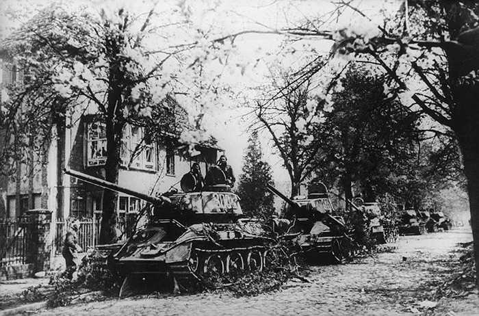 Xe tăng của quân đội Liên Xô ở ngoại ô Berlin