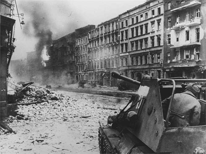 Các chiến sỹ Hồng quân chiến đấu trên đường phố Berlin