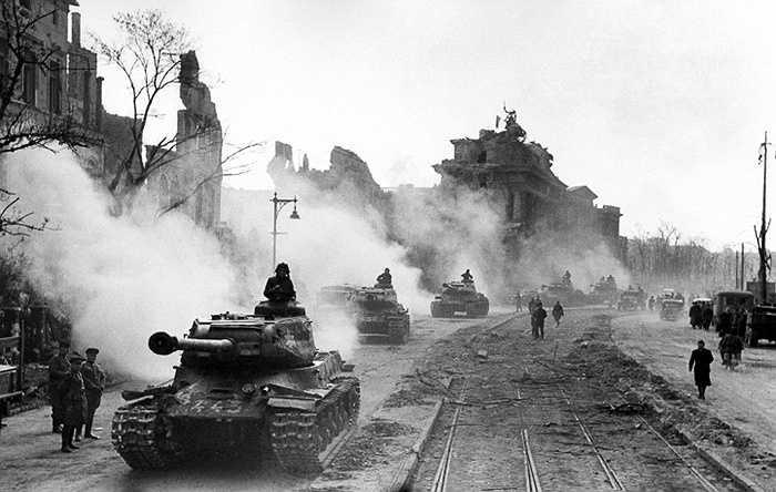 Xe tăng Liên Xô băng qua Cổng Brandenburg