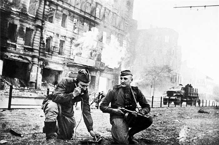 Các chiến sỹ Hồng quân làm nhiệm vụ ở Frankfurter Allee, Berlin