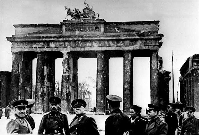 Nguyên soái Georgy Zhukov và các chiến sỹ Hồng quân ở Cổng Brandenburg