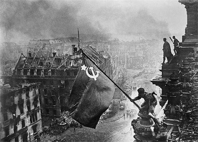 Lá cờ Liên Xô chiến thắng bay trên thành phố Berlin