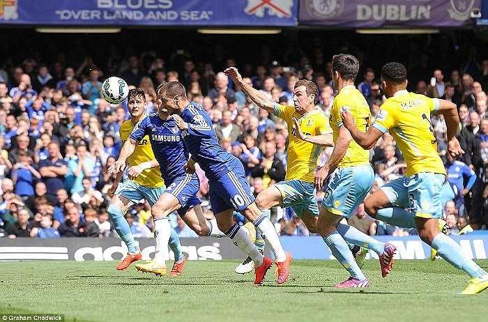 Hazard nhoài người đánh đầu bồi sau cú đá phạt đền bị thủ môn Crystal Palace cản phá