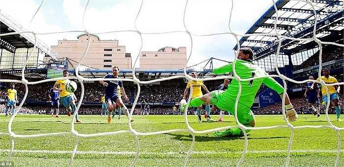Ở lần dứt điểm thứ 2, tiền vệ người Bỉ đã thành công