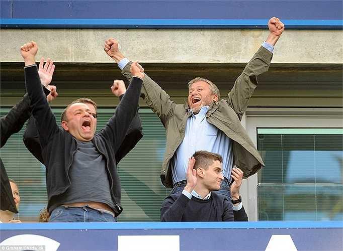 Ông chủ Roman Abramovich ăn mừng trên khán đài