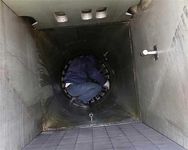 Khoang hút gió của Su 27 khá lớn, kỹ thuật viên của đội bay phải chui vào để kiểm tra, vệ sinh sau mỗi lần bay.