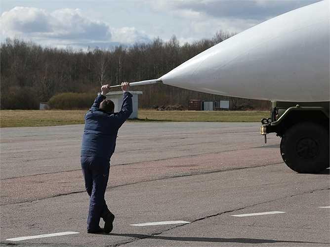 Phút thư giãn của một kỹ thuật viên mặt đất của đội bay Hiệp sỹ Nga.