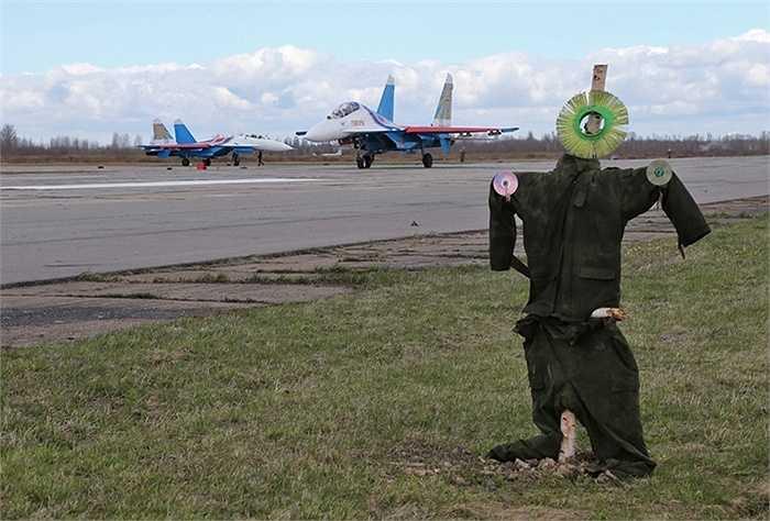 Thậm chí, người ta còn phải tăng cường hình nộm đuổi chim khỏi sân bay căn cứ của phi đội, đề phòng máy bay dùng để biểu diễn lỡ va phải chim khi tập luyện. (Quốc Khánh)
