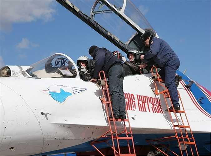 Su 27 dùng để biểu diễn là loại máy bay huấn luyện 2 chỗ ngồi, trong khi phiên bản để chiến đấu chỉ có 1 chỗ ngồi.