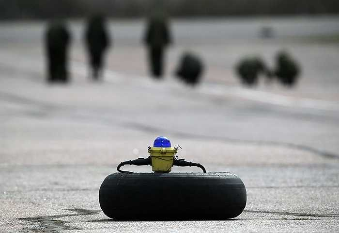 Trên đường băng, thiết bị này giúp phát hiện và thu hồi các vật thể lạ có thể uy hiếp quá trình cất hạ cánh.