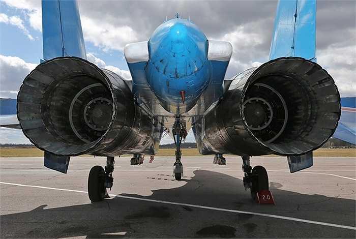 Su 27 sử dụng 2 động cơ AL-31F.