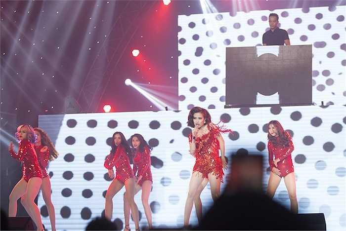 Trên sân khấu, nữ ca sỹ mang đến những vũ đạo vô cùng gợi cảm, làm nóng không khí chương trình.