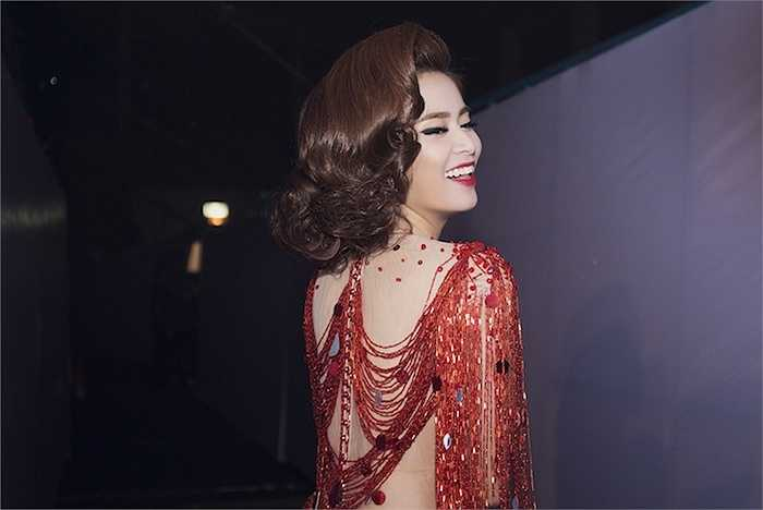 Ca khúc do chính bàn tay 'phù thuỷ' của DJ Hoàng Anh đã tạo ra cùng với phần đọc rap ban đầu do rapper nữ I.A.MY đảm trách.