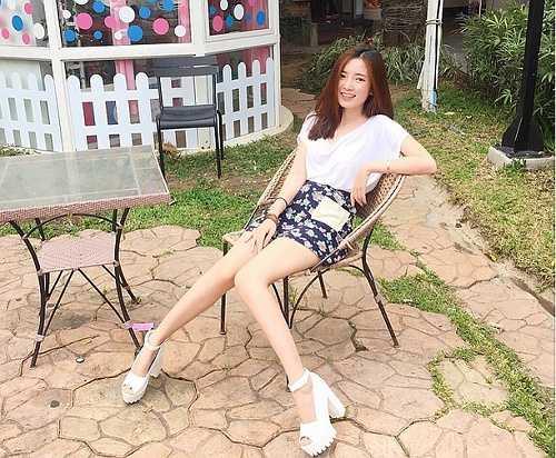 Không chỉ thu hút với vẻ đẹp tự nhiên, cô gái sinh năm 1994 còn có thân hình nóng bỏng, vóc dáng cân đối. Nhờ vậy, cô trở thành gương mặt đại diện cho nhiều nhãn hàng có tiếng tại Thái Lan.