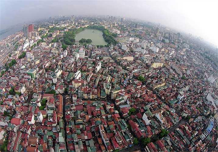 Theo một khảo sát thực hiện vào tháng 12/2014, giá đất ở con phố thuộc loại đắt đỏ nhất Thủ Đô, phố Nhà Thờ (quận Hoàn Kiếm) lên tới gần 1,1 tỷ/mét vuông.