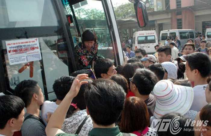 Ngay từ chiều tối 28/4 (Ngày đầu của dịp nghỉ lễ), đã có hàng chục nghìn người đổ về các bến xe trên địa bàn TP Hà Nội để về quê nghỉ lễ. Điều đó khiến các bến xe lại lâm vào cảnh quá tải. (Ảnh: Minh Quyết)