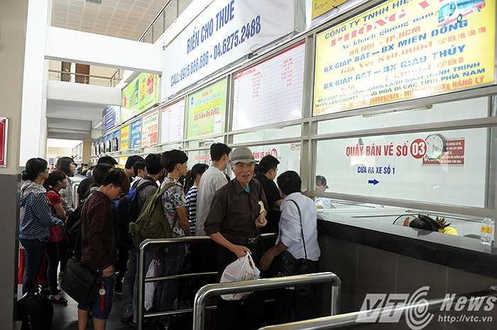 Tại bến xe Giáp Bát, theo quy định mới, hành khách bắt buộc phải mua vé tại quầy mới được qua cổng kiểm soát để ra xe. (Ảnh: Việt Linh)