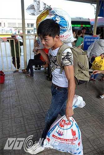 Người dân mệt mỏi trở lại Hà Nội sau kì nghỉ lễ kéo dài. (Ảnh: Việt Linh)