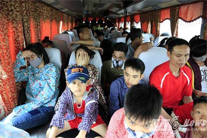 Tại thời điểm kiểm tra, lực lượng CSGT phát hiện xe khách mang BKS 36B-015.94 đã chở tới 86 người (Quy định cho phép 47 người). (Ảnh: Việt Linh)