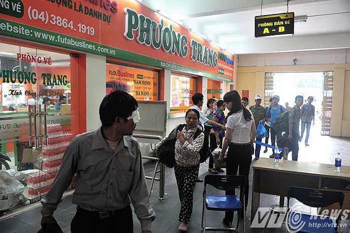 Theo ghi nhận của PV VTC News, thời điểm 17 giờ ngày 28/4, tại bến xe Giáp Bát lượng người đổ về bến vẫn rất đông. (Ảnh: Việt Linh)