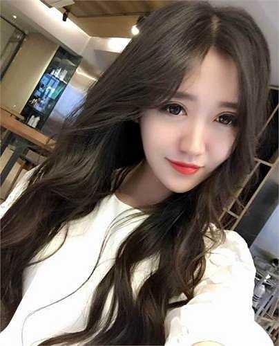 Những hình ảnh xinh đẹp của Zoe Yao trong bộ đồng phục tiếp viên hàng không và trong trang phục đời thường được các trang báo mạng đăng tải khiến cô bạn bỗng dưng nổi tiếng, được nhiều người biết đến.