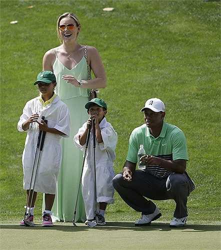 Cô thậm chí còn tỏ ra thân thiết với các con riêng của Tiger Woods và vợ cũ