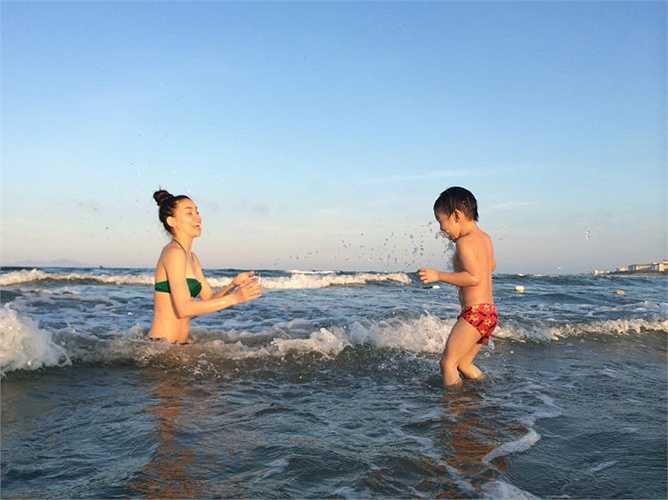 Ngắm trọn bộ Hồ Ngọc Hà diện bikini bên bãi biển nô đùa cùng Subeo.