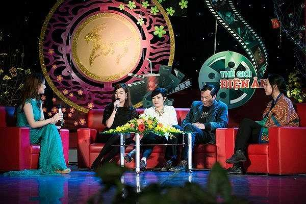 Xuất hiện trong một talkshow về điện ảnh, Hoàng Thùy Linh lựa chọn bộ váy ren màu đen kín đáo nhưng vẫn toát lên vẻ duyên dáng. Cô thẳng thắn chia sẻ những chuyện hậu trường thú vị.