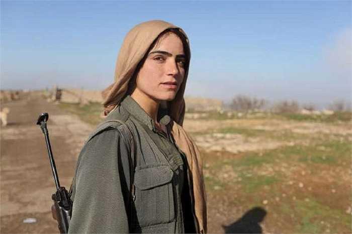 Nữ chiến binh xinh đẹp của Đảng Công nhân người Kurd (PKK) đứng gần một căn cứ quân sự trên núi Sinjar, Tây Bắc Iraq