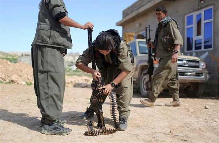 Nữ chiến binh người Kurd điều chỉnh súng chuẩn bị chiến đấu