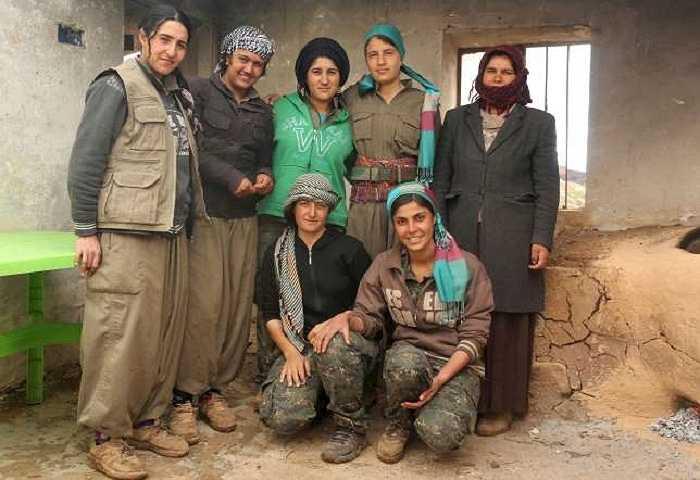 Họ chụp ảnh cùng phụ nữ Yazidi
