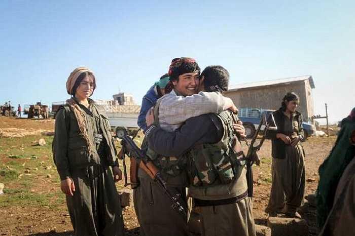 Nụ cười rạng rỡ của những nữ chiến binh người Kurd